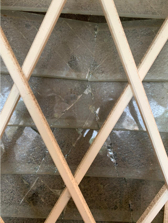 割れたルーバー窓